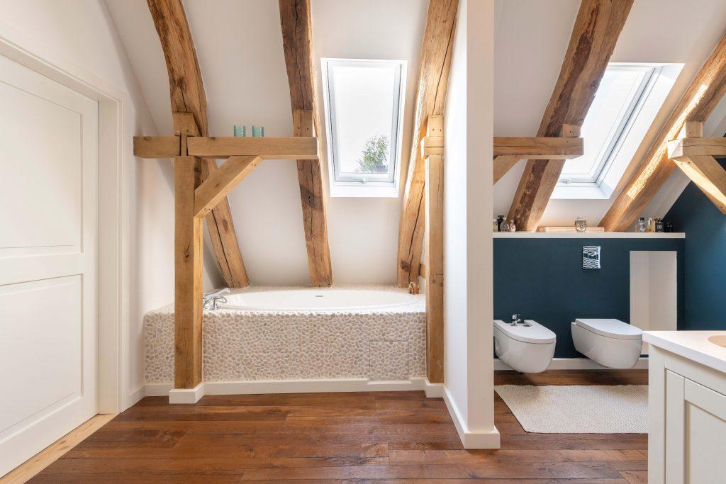 Obergeschoss - Badewanne in Dachschräge